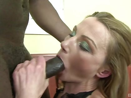 Amateur milf gets a black hunk to finish her cunt