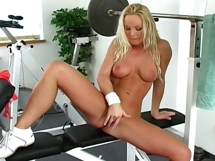 Milf rubs pussy at the gym in a sexy solo