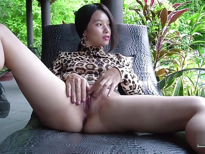 Hot Asian Girl shows off her beautiful garden and pee stream (Kylie NG)