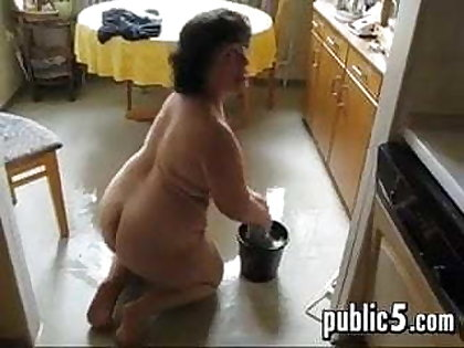 Mature BBW washes the floor coupled with masturbates